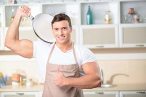 Mann kocht mit der Friteuse ohne Fett